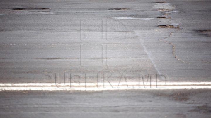 «Лайфхак» хынчештских дорожников: они нанесли разметку на сухую грязь (ФОТО)