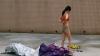 Китаянка отпугнула преследователя стриптизом
