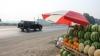 Сотни торговцев овощами и фруктами продают товар на обочинах трасс