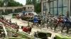 Чтобы привлечь клиентов, сотрудники одного из магазинов в секторе Рышкановка продают сельхозтехнику и мотоциклы прямо на дороге