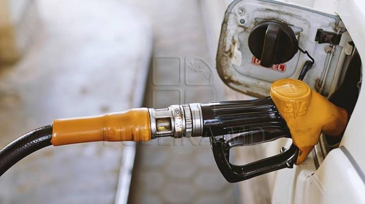 Водители из Румынии пересекают границу с Молдовой в поисках дешевого топлива