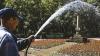 В знойные дни главные улицы столицы остужают поливалки