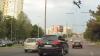 Столичный водитель переезжает с полосы на полосу, обгоняет другие авто и едет на красный (ВИДЕО)