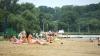 Сотни людей отправились загорать и купаться на озерах и в бассейнах