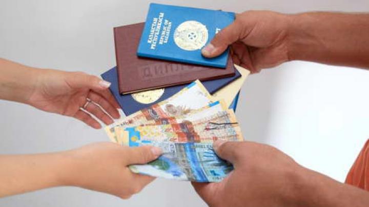Двое чиновников выдавали фальшивые биометрические паспорта и удостоверения личности