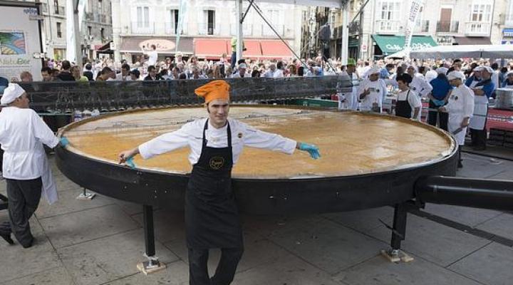 Испанские повара приготовили самый вкусный и большой омлет с картофелем