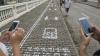 В Китае появилась дорожная разметка для уткнувшихся в телефоны прохожих