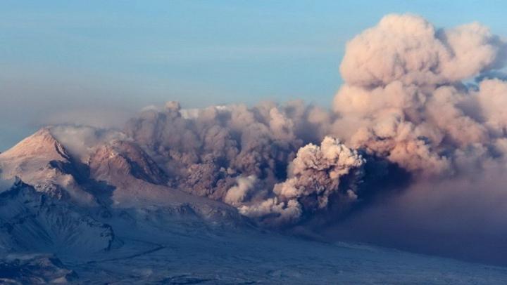 На Камчатке вулкан Шивелуч выбросил пепел на высоту в 11 километров