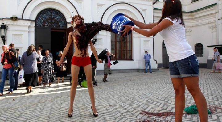 """Femen умылись в Киеве """"кровью"""""""