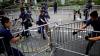 В Гонконге полиция начала убирать баррикады протестующих