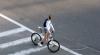 Прохожий спас велосипедистку от смерти, уронив ее на землю (ВИДЕО)