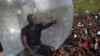 Рэпер из США отгородился от жителей Конго пластиковым шаром