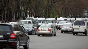 (ВИДЕО) Недисциплинированный водитель совершил опасный маневр на столичном бульваре