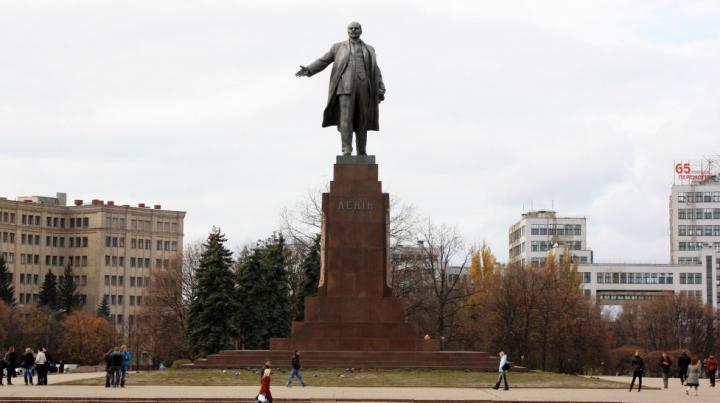 Два памятника Ленину снесли в Харькове (ВИДЕО)