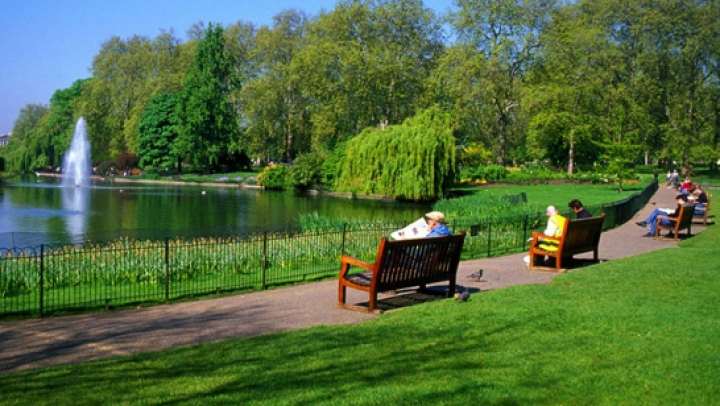 Власти Лондона предложили запретить курение на площадях и в парках