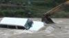 Экскаватор спас водителя из тонущего автомобиля (ВИДЕО)