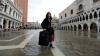 Власти Венеции собрались штрафовать туристов за шумные чемоданы