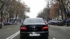 (ВИДЕО) Дурной пример заразителен: водитель нарушил ПДД вслед за авто с правительственными номерами