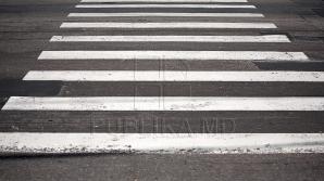 (ВИДЕО) Водитель чуть не сбил женщину с ребенком на пешеходном переходе