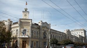 Группа людей продолжает блокировать деятельность столичной мэрии