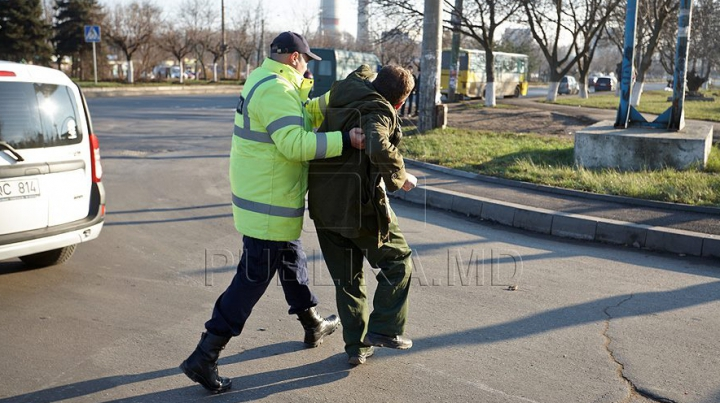 Трое молодых людей напали на патрульных полицейских