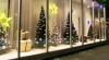 Нежелание расставаться с праздником: в витринах некоторых магазинов все еще есть рождественская ёлка