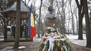 (ФОТО) Политики и люди искусства возложили цветы к бюсту Михая Эминеску