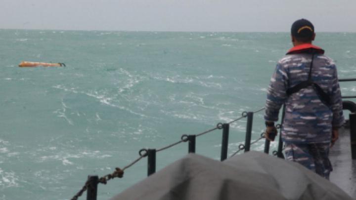 Спасатели обнаружили в Яванском море хвост упавшего самолета AirAsia (ВИДЕО)