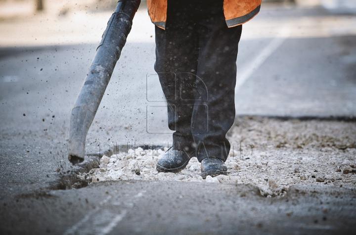 (ФОТО) После снега на главных улицах столицы и других городов страны прибавилось ухабов