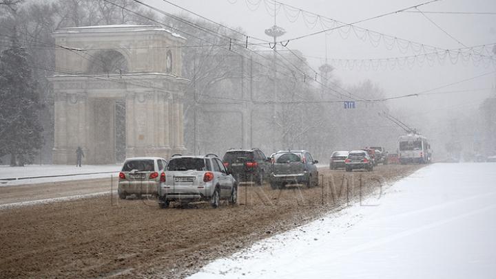 Более 30 спецмашин очищали столичные дороги от снега в Рождество