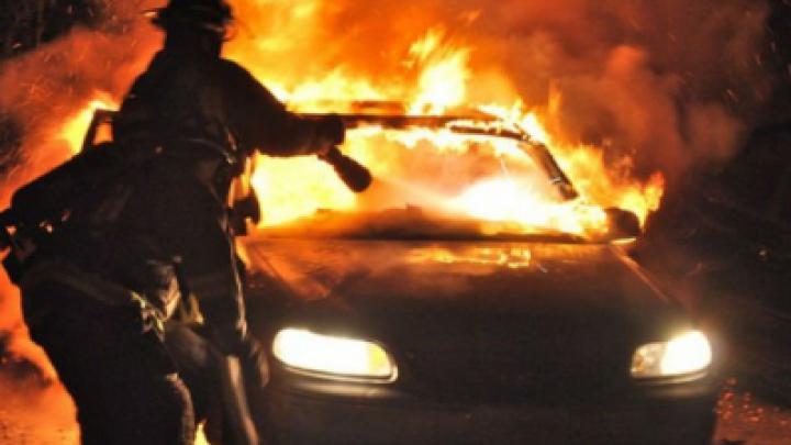 В столичном секторе Буюканы загорелся автомобиль