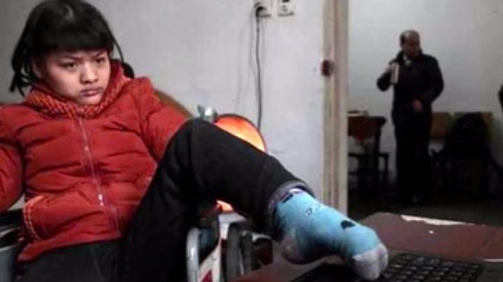 Китайская девушка-инвалид написала роман левой ногой
