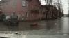 Мать выронила ребенка из автомобиля в одном из российских городов (ВИДЕО)