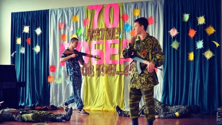 В донецкой школе дети на сцене имитировали расстрел украинцев (ФОТО)