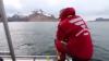 Шведский рыбак прыгнул в воду ради фото со 100-килограммовым палтусом