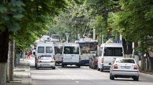 В Кишиневе водитель микроавтобуса проехал перекресток на красный свет (ВИДЕО)