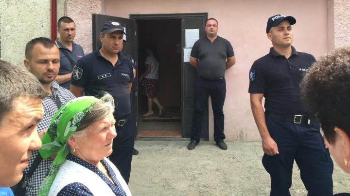 Скандал в селе Топала: десятки жителей ругаются и дерутся перед избирательным участком (ФОТО/ВИДЕО)