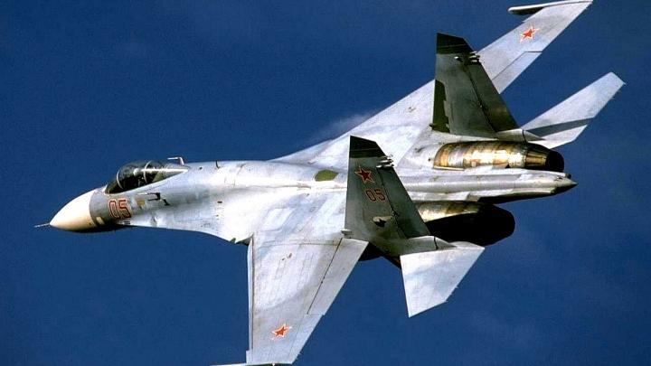 Российский Су-27 пролетел в трех метрах от американского самолета-разведчика