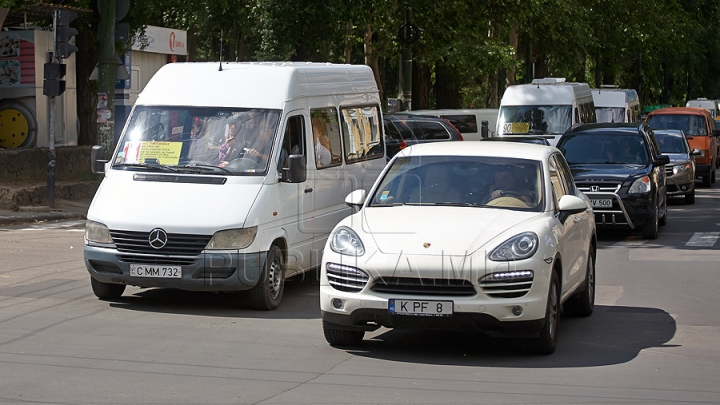 Водитель столичной маршрутки заставляет пассажиров забыть о комфорте (ФОТО)