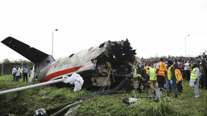 Военный самолет упал на жилой дом в Нигерии