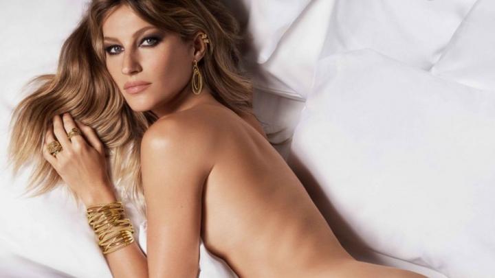 Бразильская модель Жизель Бундхен выпустила книгу со своими интимными фото