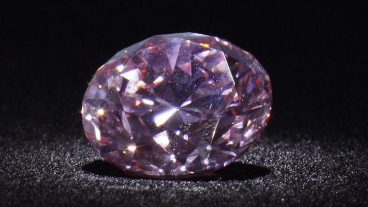 Christie's выставит на торги розовый бриллиант, оцениваемый в 23-28 млн долларов