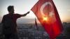 Сотни турецких журналистов вышли на улицы Стамбула, чтобы поддержать избитого коллегу