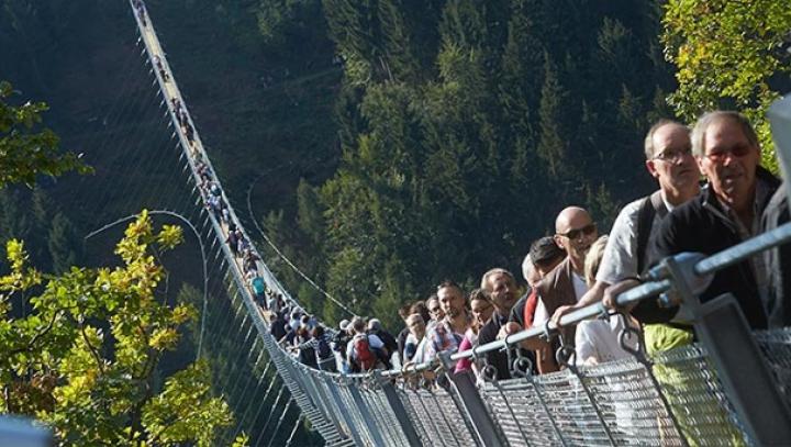 360-метровый подвесной канатный мост открыли в Германии