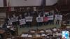 Хаос в парламенте: социалисты устроили демонстрацию с плакатами и вувузелами