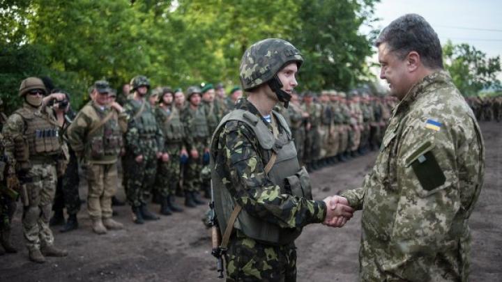 Порошенко разрешил иностранцам служить в украинской армии