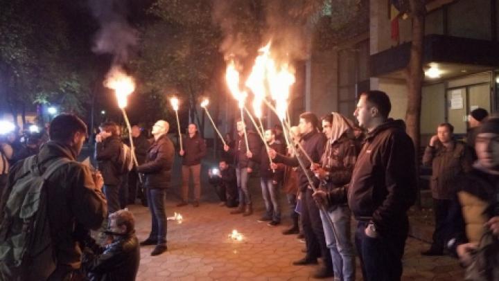 Унионисты пришли к президентской резиденции с горящими факелами (ФОТО)
