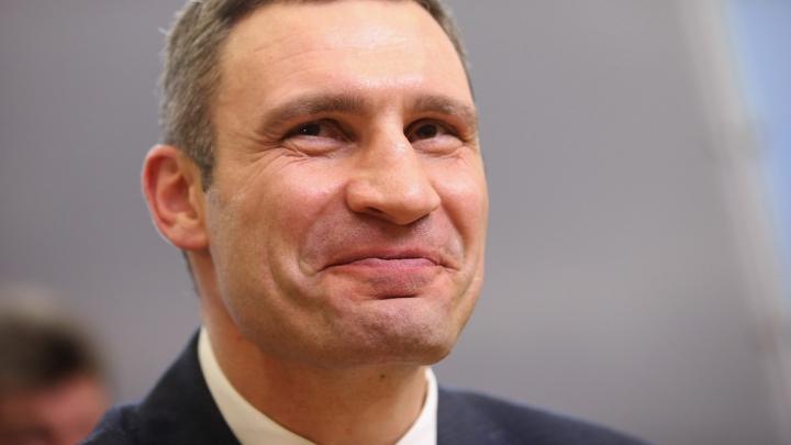 Полуобнаженная девушка помешала проголосовать Виталию Кличко