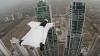 Итальянская модель пролетела между небоскребами в костюме-крыле из ткани (ВИДЕО)
