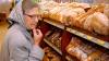 В одном из торговых центров столицы пенсионеры получают хлеб бесплатно